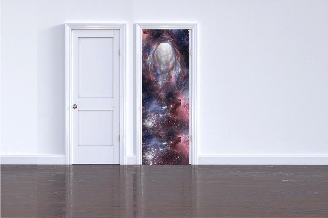 imagem de uma parede branca com uma porta fechada e ao lado outra porta em aberto com ilustração do universo aparecendo na porta.