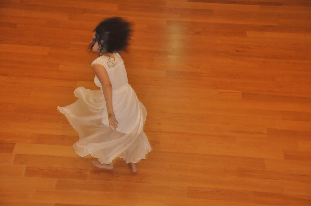 imagem de scharlene amarante dançando e rodopiando dando impressão de estar acima do chão