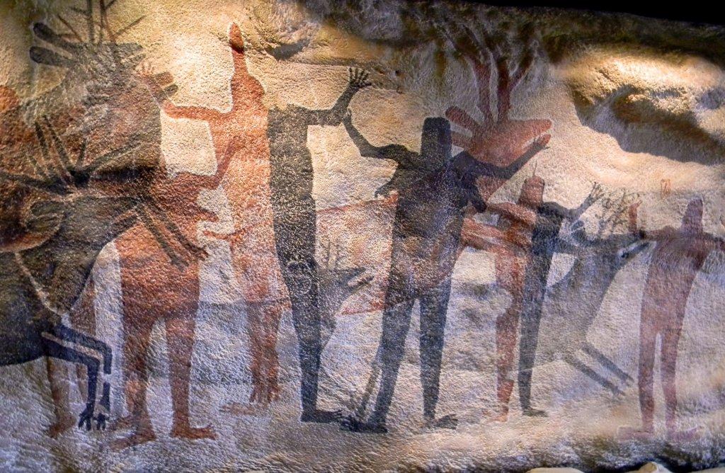 imagem de pedras com figuras ilustradas de homens representandos nossos antepassados.