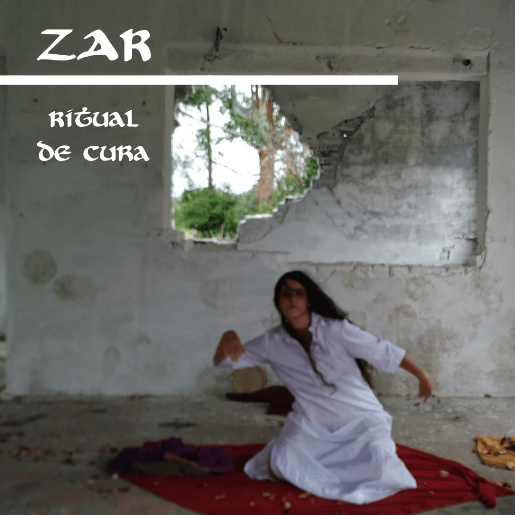 Scharlene sentada sobre os joelhos realizando o ritual zar