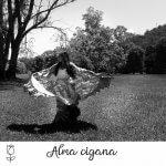 """foto de Scharlene vestida de cigana com a mensagem """"Alma Cigana"""""""
