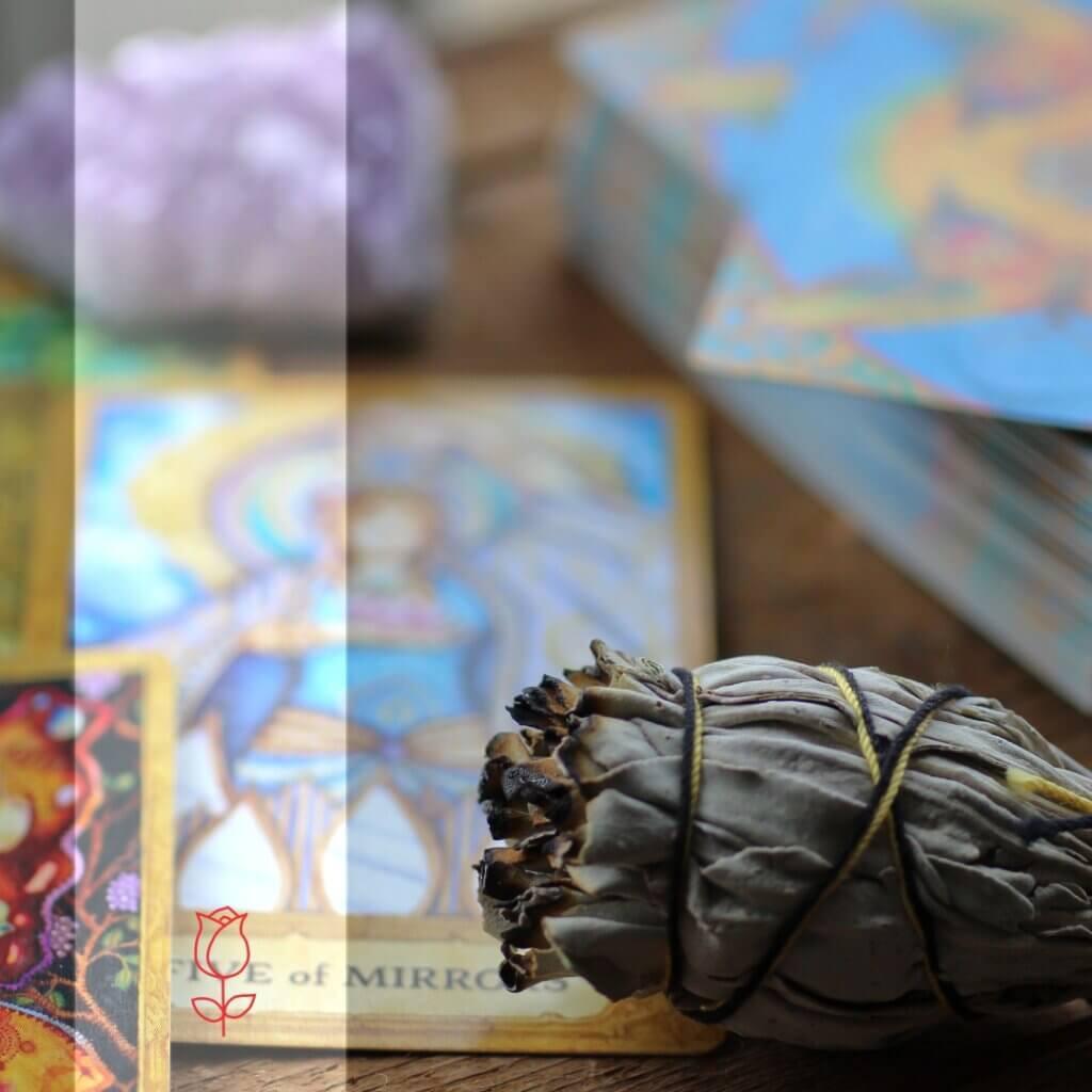 um incenso natural de ervas e cartas de baralho ao fundo